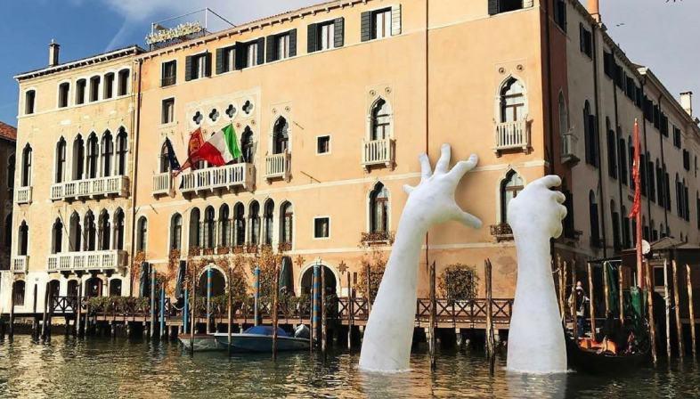 le-mani-giganti-di-lorenzo-quinn-nel-canal-grande